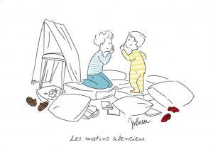 Deux enfants s'amusent dans leur chambre sur des coussins